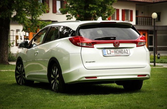 2014_honda_civic_tourer_01.jpg